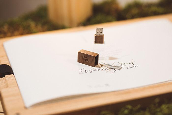 """Essenza Leaf - Fine Art Book -   Con stampe singole - Packaging """"Essenza"""" in legno personalizzabile - USB in vetro e legno"""